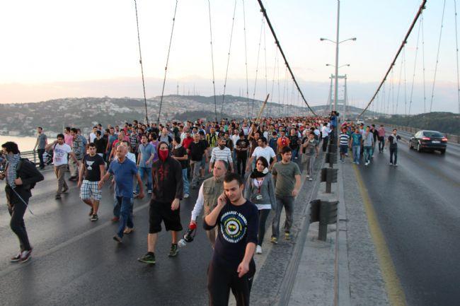Eylemciler Gezi Parkı İçin Boğaziçi Köprüsü'nü kapattı